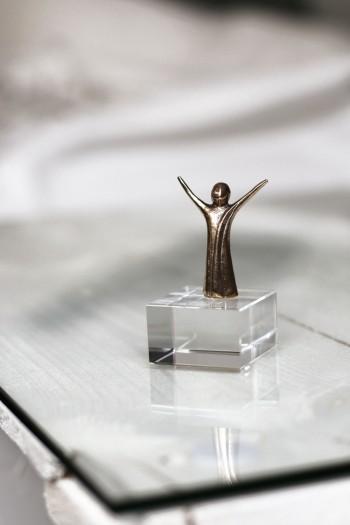 Glasquader Freude - Figur aus Bronze