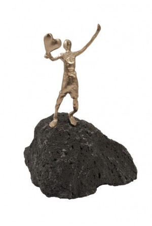 Herz zu verschenken - Bronzefigur auf Basaltstein