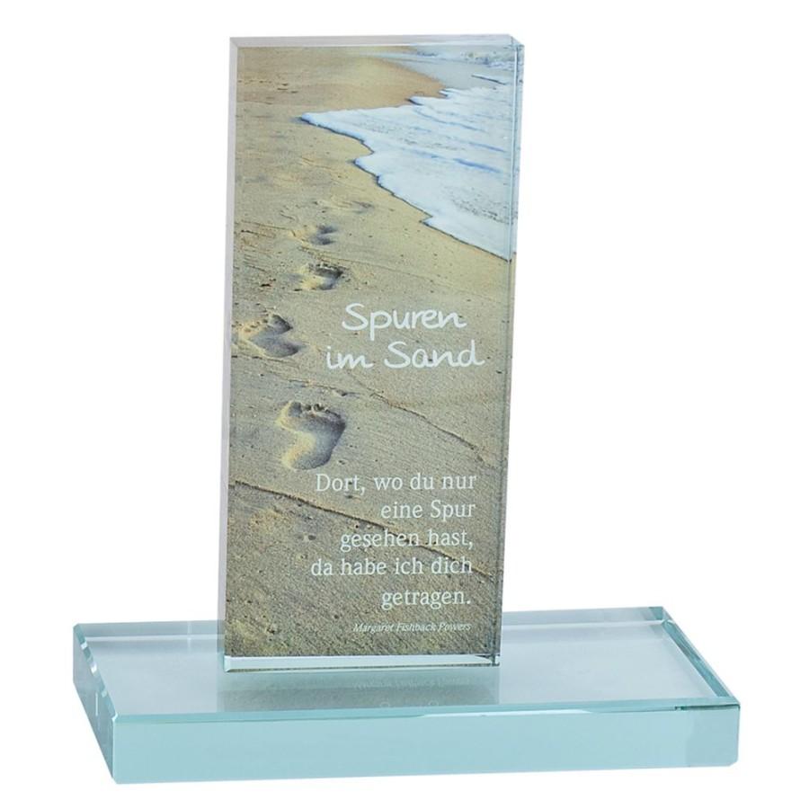 Glasstele Spuren im Sand