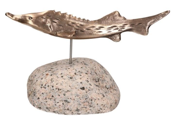 Bronzefigur Stör auf Kieselstein