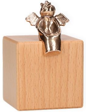 Bronzefigur Heiterer Himmelsbote auf Würfel aus Holz mit Wandaufhängung