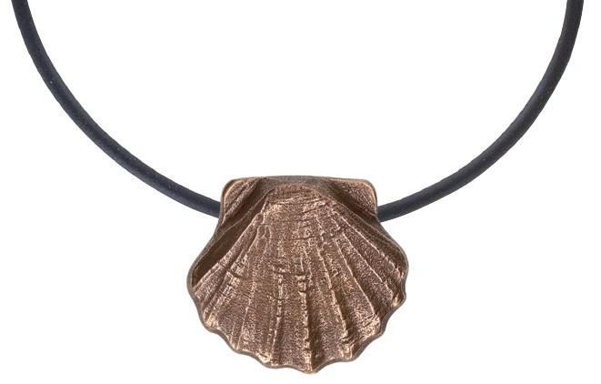 Bronze-Anhänger Jakobsmuschel am Lederband
