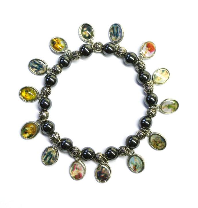 Armband mit Perlen und Bildplaketten
