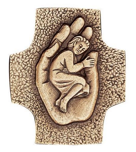 Kreuz Kind in einer Hand