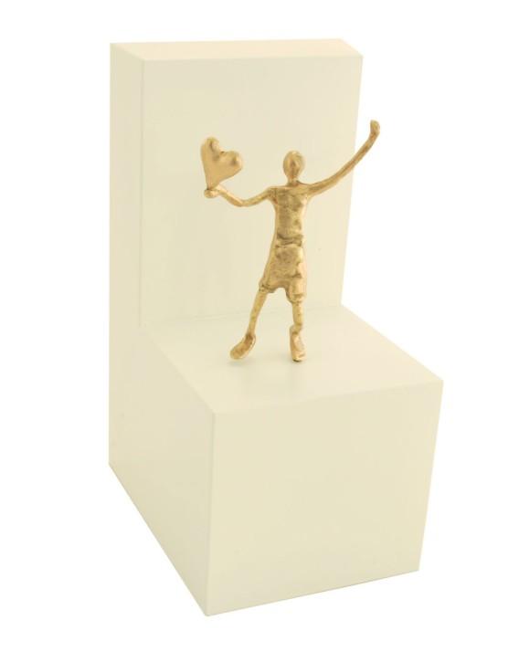 Herz zu verschenken - Bronzefigur auf Holzblock