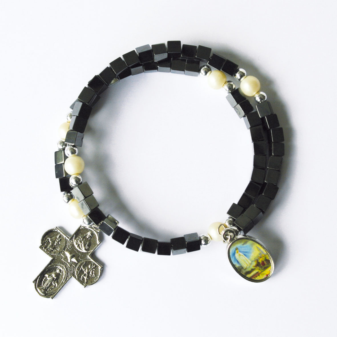 Armband mit Perlen und Metallkreuz
