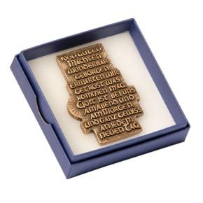 Spruchrelief Von guten Mächten…, in blauer Geschenkbox